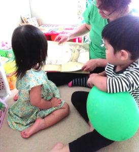 児童館の大きな遊具でみんなで遊ぶと楽しいね、赤ちゃんもたくさん動いてる
